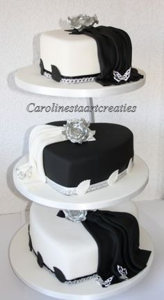 Zwart witte bruidstaart hartvorm met zilveren rozen.