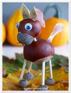 Kastanienpferd basteln Acorn Crafts, Pine Cone Crafts, Nature Crafts, Christmas Crafts, Fall Crafts, Diy Crafts For Kids, Projects For Kids, Arts And Crafts, Chestnut Horse