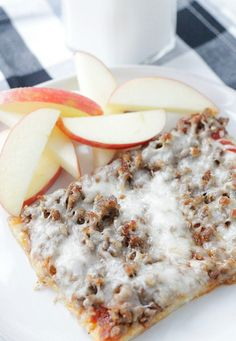Copycat Lunch Lady Pizza Foodtastic Mom is part of pizza - This recipe for copycat lunch lady pizza tastes exactly like the rectangular pizza slices you remember from your school lunches back in the day School Breakfast Pizza, School Pizza, Sausage Breakfast, Best Breakfast, Pizza Recipes, Cooking Recipes, Copycat Recipes, Quick Recipes, Beef Recipes