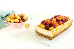 Pentru că anul ăsta mi-am propus nu doar să mănânc cireșe cu ligheanu', ci să mai și gătesc cu ele, s-a întâmplat următoarea chestie - un desert pe care o să-l repet în multe ocazii vara asta, pentru că sunt sigură că se va potrivi la fel de bine și cu afine, zmeură, mure, prune, nectarine, caise [...] Biscuit, Cheesecake, Deserts, Food, Cookie Favors, Desserts, Meal, Cheese Cakes, Dessert