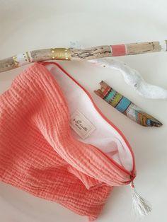 Pochette en double gaz de coton corail, doublée éponge avec pompon.