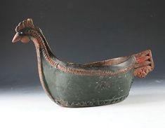 Stor utskåret og malt ølhøne, malt i rødt og grønt. 1700 tallet, L: 38 cm. Flere rep. bl.a. stor del av hode, en bit på kanten og rep. sprekk. Prisantydning: ( 30000 - 35000