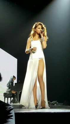 """""""Selena Gomez outfits on stage are absolutely gorgeous👗✨"""" Style Selena Gomez, Selena Gomez Fotos, Selena Gomez Outfits, Selena Gomez Dress, Selena Gomez Tour, Selena Selena, Selena Gomez Trajes, Divas, Actrices Sexy"""