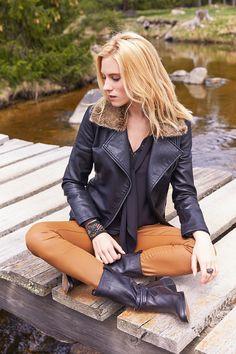 Chemise IMPLICITE : Le col lavallière, vintage et hippy chic : tendance fashion à adopter absolument cette saison ! Pantalon ICONE : Le coloris caramel, valeur sûre de la saison, apporte une touche vintage à la Faye Dunaway.  Blouson IMMORTEL : Une version rock et girly du blouson d'aviateur et du perfecto. Bottes FUZINA. #mode#elora#elorabygf#chemise#noir#col#lavllière#vintage#hippy#blouson#perfecto#rock#noir#pantalon#enduit#caramel#bottes#karston#