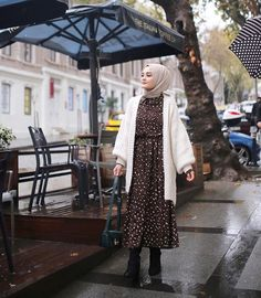 winter outfits hijab Winter is coming! Look no further and get inspired with these ideas making your hijab look more fascinating than ever. Modern Hijab Fashion, Street Hijab Fashion, Muslim Fashion, Modest Fashion, Fashion Muslimah, Abaya Fashion, Hijab Outfit, Mode Outfits, Fashion Outfits