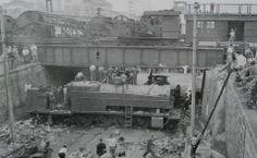 Década de 40 - Rua Silva Pinto, bairro do Bom Retiro. Vagão descarrilou da Estrada de Ferro Santos Jundiaí e caiu na via.