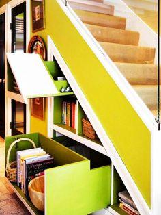 meuble sous escalier coulissant sur mesure en couleurs audacieuses