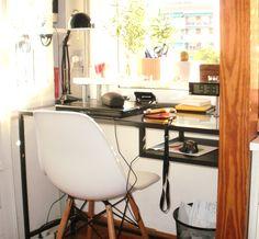 En el dormitorio y a forma de despacho se ha optado por poner una mesa acristalada de Ikea contra la ventana que hace de escritorio completándola con una silla Eames