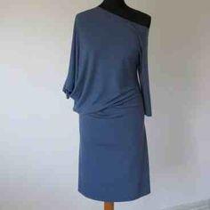 Sukienka z dzianiny dresowej o asymetrycznym kroju z szerokim dekoltem w kształcie łódki i kimonowym rękawem do łokcia w KuferArt.pl