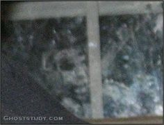 Ghost watching from outside nope no no no no Real Ghost Pictures, Ghost Images, Creepy Pictures, Ghost Photos, Scary Stories, Ghost Stories, Scary Places, Scary Things, Haunted Places