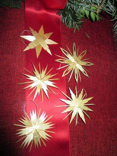 Weihnachtsgeschenkanhänger von Sternenmarkt - Filigrane Strohsterne & mehr auf DaWanda.com                                                                                                                                                                                 More German Christmas, Xmas, Christmas Tree, Straw Art, Handmade Ornaments, Winter Holidays, New Years Eve, Weave, Baskets