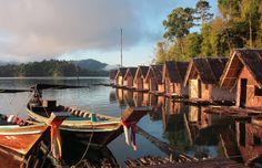 Een drijvende bungalow met uitzicht op het Chiao Lan-meer