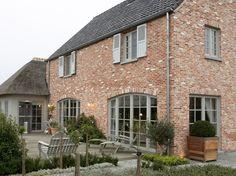 Like the exterior paint colors - Haus // englisch / Cottage / Landhaus / Backstein / rustikal House Design, Exterior Paint Colors For House, Cottage Exterior, Brick Cottage, Rustic Houses Exterior, Windows Exterior, Exterior Design, English Cottage, Rustic House