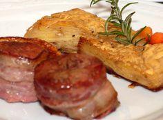 Plato compuesto por trozos de carne en su punto, decorados