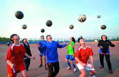 Latest Chinese News Lesson: Soccer training in Chinese schools. Xué zúqiú de nǚhái. 学 足球 的 女孩。 www.gurulu.com