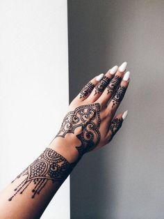 Tatouage au henné noir de la main et des doigts
