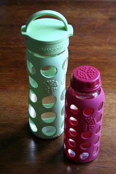 Zdravá a krásná láhev Lifefactory, ve všech možných barvách :-) Sluší jí to :-) www.pijemezeskla.cz