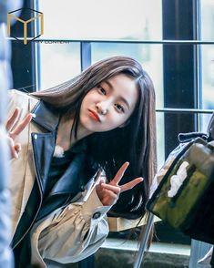 this is so cute i can't even resist myself😭💘 Cute Girl Pic, Cute Girls, Cool Girl, South Korean Girls, Korean Girl Groups, Sketch Poses, Instagram Girls, Korean Celebrities, Beautiful Asian Girls