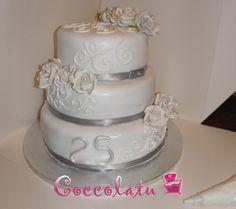 Torta nozze d'argento <3 Rose d'argento e bianche, ghiaccia reale per le altre decorazioni!