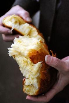 BRIOCHE (300 g de farine type 55 - 40 g de sucre - 15 g de levure fraîche de boulanger - 1 c à s de lait - 3 œufs moyens + 1 jaune - 100 g de beurre froid - 1 c à c de sel)
