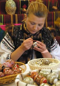 Romanian Easter Traditions - Romanian woman is painting the Easter eggs Romania People, Orthodox Easter, Ukrainian Art, Easter Traditions, Europe, Incredible Edibles, Thinking Day, Easter Celebration, Day Book