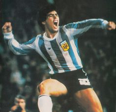 25 de Junio de 1979.   Grito de gol. Diego Maradona celebra su magnífico tanto para la Selección Argentina.  Justo un año después que la AFA se consagrara campeón mundial por primera vez en su historia, se enfrentaron en el estadio de River Plate el último campeón y un combinado de jugadores extranjeros de primerísimo nivel denominado Resto del Mundo. El partido finalizó 2-1 a favor del conjunto visitante.  https://www.youtube.com/watch?v=QABrwkrKsYI