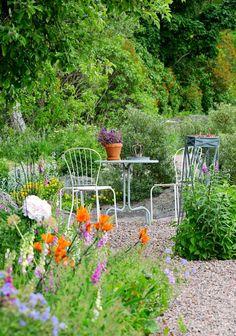 Tee itse rinteen kiveys | Meillä kotona Joko, Garden Cottage, Outdoor Furniture Sets, Outdoor Decor, Garden Inspiration, Garden Ideas, Dream Garden, Nature, Plants