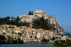 Sisteron : Les lieux mythiques de la Provence - Sisteron s'étend le long de la cluse de la Durance et marque le passage entre les Alpes et le Dauphiné. Perchée sur un éperon rocheux à 485 m d'altitude, la puissante citadelle attire les regards. Avec ses 300 jours de soleil par an et son ciel bleu, Sisteron est une agréable halte aux portes de la Provence.  ©  Jacques Bury