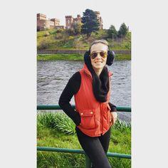 """65 curtidas, 3 comentários - coleteria ♡ (@coleteria) no Instagram: """"Curtindo um friozinho na Escócia, a linda médica @nicatestoni com nosso colete matelassê vermelho!!…"""""""