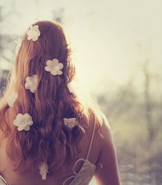 Фото Девушка с цветами в волосах