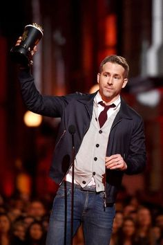 Ryan Reynolds accepts an award at the 2016 MTV Movie Awards. Ryan Reynolds Deadpool, Woman In Gold, Hollywood Men, Mtv Movie Awards, Daily Photo, Ten, Celebrity Photos, Style Me, Actors