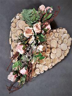 Oryginalna dekoracja na cmentarz w kształcie serca na dużym sercu ręcznie wykonanym z brzozowych elementów. Flower Decorations, Table Decorations, Ikebana, Summer Wreath, Grapevine Wreath, Funeral, Grape Vines, Christmas Crafts, Floral Wreath