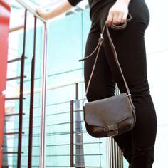 Pieni ja sievä olkalaukku, kun et tarvitse mukanasi paljoakaan! Kevyttä laukkua on mukava kantaa olalla ja mukaan mahtuu juuri se tarpeellinen. http://www.bebag.fi/esprit-pikkulaukku-025ea1o015-tumma-suklaa