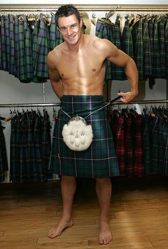 According to Wikipedia, the history of the kilt stretches back to at least the end of the century. The word kilt comes from the Scots word kilt meaning to tuck up the clothes around the body. There are two types of kites: The great kilt (more. Dan Carter, Scottish Man, All Blacks Rugby, Men In Kilts, Kilt Men, Barefoot Men, Komplette Outfits, Rugby Players, Raining Men