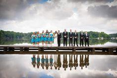 Aqui, o reflexo no lago valoriza a foto. Mais ideias para fotos de casamento aqui!