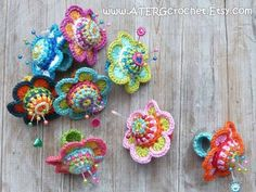 Crochet Pincushion Flower Ring (I would make them for my wrist ~ a ring pin cushion would get in my way. Crochet Home, Cute Crochet, Crochet Crafts, Yarn Crafts, Crochet Projects, Knit Crochet, Crochet Rings, Crochet Necklace, Crochet Pincushion