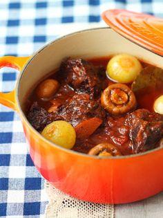 赤ワインとトマトの水煮だけで、牛肉をコトコト煮込みます。コクをアップさせるために、細切りのベーコンを加えるのがポイント。黒コショウもしっかりきかせているので、赤ワインによく合います。