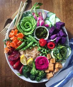 share-a-bowl brown rice + roasted tofu + veges + kale pesto + beet hummus Low Calorie Dinners, Easy Healthy Dinners, Healthy Dinner Recipes, Quick Recipes, Wine Recipes, Rice Paper Spring Rolls, Fox Food, Beet Hummus, Kale Pesto