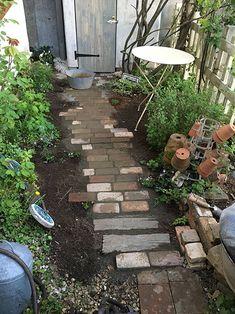 レンガの小路のつくり方 Stepping Stones, Trail, Gardening, French, Outdoor Decor, Lawn And Garden, Stair Risers, French People, French Language