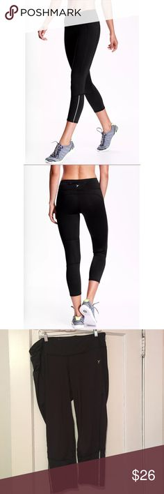 NWOT Old Navy Black Cropped Exercise Leggings NWOT Old Navy Black Cropped Fitted Exercise Leggings. Has a zipper pocket on the back and on the front Old Navy Pants Track Pants & Joggers