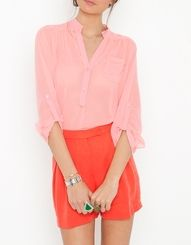 I love the color combination on this flirty date outfit.