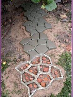 32 Easy DIY Pavement Molds for Backyard Design aux-pays-des-fleu Garden Pav Garden Paving, Garden Stepping Stones, Garden Paths, Concrete Stepping Stones, Paving Stones, Landscape Design, Garden Design, Pavement Design, Floor Molding