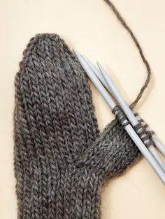 Perinteiset lovikkalapaset | Yhteishyvä Fingerless Gloves, Arm Warmers, Fashion, Fingerless Mitts, Moda, Fashion Styles, Fingerless Mittens, Fashion Illustrations