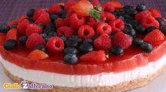 Torta di yogurt con gelatina di fragole e frutti di bosco