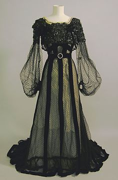 tawnyscostumesandcuriosities: Evening dress, circa 1900 from the Brighton & Hove Museums. 1900s Fashion, Edwardian Fashion, Vintage Fashion, Vintage Outfits, Vintage Gowns, Antique Clothing, Historical Clothing, Medieval Clothing, Medieval Fashion