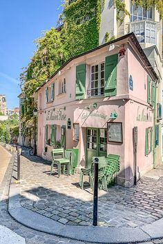 Best Area to Stay in Paris - How to Choose the Right Place For Your Style - The iconic pink restaurant in Montmartre, Paris. Click through for more pictures on the A Lady in L - Paris Travel, France Travel, Casa Octagonal, Places To Travel, Places To See, Belle Villa, Northern Italy, Travel Aesthetic, Travel Inspiration
