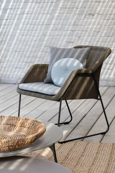 Manutti // Outdoor lounge chair in wicker. Contemporary meets classic. This elegant lounge chair invites you to sit down and stay seated for quite a while - Mood Collection #outdoorfurniture #outdoorluxury Modern Outdoor Furniture, Luxury Furniture, Scatter Cushions, Seat Cushions, Wicker Lounge Chair, Outdoor Chairs, Outdoor Lounge, Furniture Collection, Home Collections