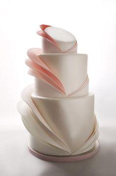 Neste ruffled cake (bolo com babados), os babados foram feitos de forma mais linear e discreta. Ficou super diferente! O que você acha deste modelo de bolo de casamento?