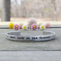 He encontrado este interesante anuncio de Etsy en https://www.etsy.com/es/listing/185892889/just-look-at-the-flowers-bracelet-the