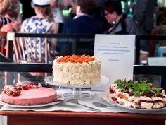 Miten suunnitella noutopöytä-menu useamman hengen juhliin? + Valmiit menuideat ja etukäteisvalmistelut – Viimeistä murua myöten Falafel, Table Settings, Table Decorations, Cake, Party, Desserts, Food, Tailgate Desserts, Deserts